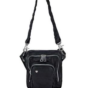 Sælger denne nunoo taske da jeg ikke for den brugt mere😁 Kom med et bud mener ny pris var omkring 450