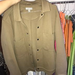 Lækker COS jakke str. M Den er aldrig brugt, da den ikke passer mig💜 Original pris er 850kr