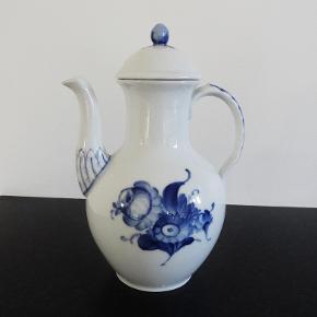 Porcelæn, Kaffekande, Blå Blomst flettet, Royal Copenhagen 8189  Meget velholdt og uden skår ridser eller slid  En super flot kaffekande i blå blomst flettet. Passer også rigtig flot til et hvidt stel eller som til pynt/samlerobjekt  Kan også bruges til varm kakao  Er en jeg har arvet og jeg kan se på stemplet at den er fra et sted imellem 1889 - 1922  Sender gerne hvis køber betaler fragt 37 kr