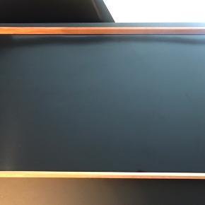 Finn Juhl Turning Tray - i flot stand, dog med enkelte små ridser/brugsspor i laminaten, ikke i rammen. Måler: 30 x 48 cm. Teaktræ og laminat. Det er den sorte og grønne udgave. Prisen er fast og bud under besvares ikke - venligst respekter dette. Kan sendes for købers regning.