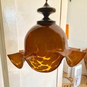 Supersmuk lampe i ravfarvet glas. Flot stand.