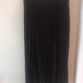 Nederdel fra Weekend Max Mara. Lang, klassisk mørkebrun nederdel.