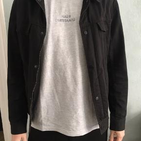 Jeg sælger denne jakke for min kæreste. Jakken er fra KIOMI, str. L, sort.   Knappen på den ene lomme kan ikke knappes (se billede). Ellers står den som ny. Kommer fra ikke ryger-hjem