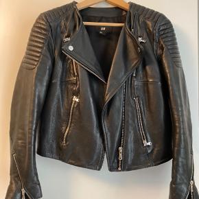 Den populære og udsolgte læderjakke fra H&M. I meget god stand - næsten ikke brugt.