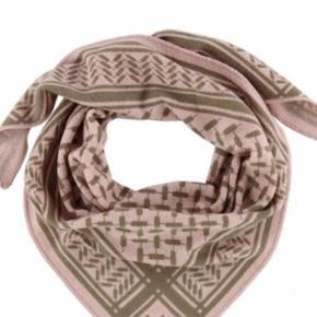 Tørklæde - stadig i indpakning.  Med prismærke og det hele på.  Normalpris 1899  Bytter ikke.