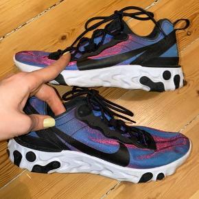 Nike react sneakers - skifter farve i lyset alt efter hvordan de bevæges. De er en str. 40 men svarer til en 39/39,5 - det er eneste grund til at jeg sælger dem (de er for små). Brugt 1 gang udenfor, super god stand. Uden æske. Køber betaler for forsendelse - kan dog mødes efter aftale og handle på Amager for at bespare forsendelsen :)