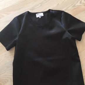 """Designers Remix """"dex tee"""". I blankt stift satinagtigt stof (100% recycled polyester). Lille lynlås i venstre skulder.   Alm i størrelsen. Brugt 1 gang. Bytter ikke."""