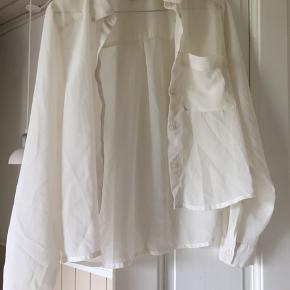 Sælger denne Skjorte Da den ikke bliver brugt Sælges billigt da den bare skal væk  på min profil  vil der kunne findes en masse billigt tøj  Mængderabat gives  Byd
