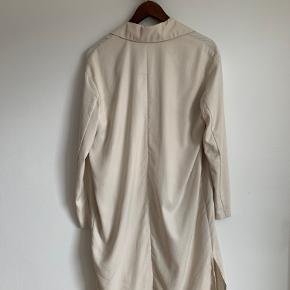 Rigtig fin tynd/let trenchcoat fra HM Conscious Collection. Passes af en størrelse 36. Der er en lille mørk plet  (se billede) foran kan evt. renses tænker jeg.