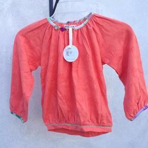 Helt NY Super sød orange bluse med rigtig mange søde detaljer. størrelse 6 år Helt ny med mærke. Pris : 45 pp