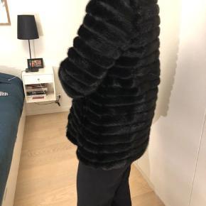 HELT ny NKT mink, sort hunmink med 3/4 ærmer. Har aldrig fået den brugt. Jakken er købt i foråret og er en kollektionsprøve fra denne sæson.   Foret er silke/polyester.  Længde 75 cm. bryst ca 101 cm Udkommer i butik i oktober, butikspris 16.995,- kr   Prisen er fast, sender gerne.