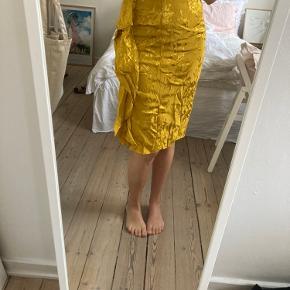 Smuk dyb gul nederdel med flæse fra Zara. Kan afhentes på Østerbro eller sendes 😊