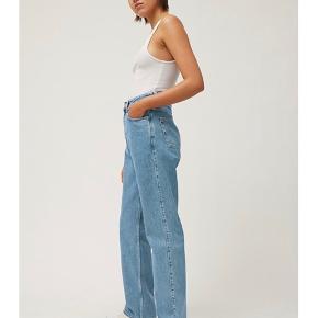 Sælger mine Weekday Rowe jeans i str. 26/30. De har næsten ikke været brugt og er derfor som nye. Nypris: 400kr