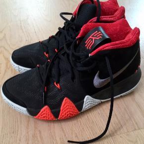 Nike Kyrie 4 - '41 For The Ages' Brugt få gange stort set kun indendørs  - overhovedet ikke slidte.