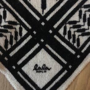 Sælger det her virkelig flotte tørklæde fra lala Berlin str Small. Det er i rigtigt fin stand det er blevet brugt nogle gange men kan slet ikke ses. Prisen er ikke fast så byd bare. Mp: byd Np: 1870