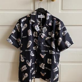 Soulland silke skjorte i 100% silke Stor i størrelsen   Oprindelige pris: 2795kr stykket  Pris ved køb af en 1000kr Pris ved køb af to  1700kr  Skriv for mere info