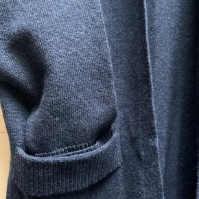 Brand: Marguant Varetype: Lang Størrelse: 46 Farve: Blå Oprindelig købspris: 1000 kr.  Lækker oversized cardigan med rib kanter og slids