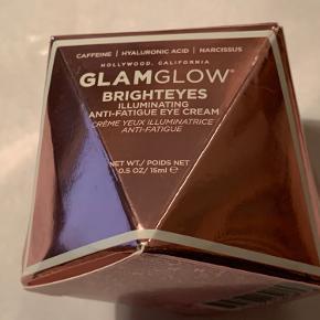 Herning / Tjørring Ny og uåbnet  BESKRIVELSE Duftfri  15 ml. GlamGlow Brighteyes Illuminating Anti-Fatique Eye Cream er en glødende øjencreme, formuleret med peptider, koffein og en intens infusion af hyaluronsyre for øjeblikkeligt at reducere mørke rander og synlige tegn på træthed, under og omkring øjnene for et super veludhvilet, glødende look. Med linolsyre og en blanding af vandmelon-, æble- og narcissekstrakter, fungerer denne hurtigtabsorberende creme med alle hudfarver. Cremen styrker det følsomme område omkring øjnene samt øger fugtbarrieren og reducerer synlige tegn på træthed samt fine linjer og rynker på kun fire uger.  Se aldrig træt ud igen!  Fordele:  Øjencreme Intensiv eksfoliering Giverblødere og glattere hud Giver glødende hud på kun 10 minutter Anti-træt effekt Virker opkvikkende Eliminere mørke rander Reducerer rynker Fugtgivende Anvendelse:  Glat forsigtigt ud og dup en lille mængde på øjenområdet Massér den ind for øjeblikkeligt at reducere puffiness Brug dagligt efter behov