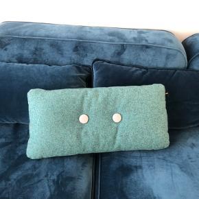 Fin HAY pude i uld, grøn/ tyrkis grøn med mørkeblå knapper på den ene side og grå knapper på den anden. Brugt men i god stand, ingen pletter eller lignende.