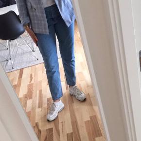 Dr. Denim nora jeans str. 34/32. De er lidt små i størrelsen, men giver sig dog meget når man bruger dem da det er denim. Men det er meningen at de skal sidde løst/boyfriend fit. Brugt 2-3 gange.