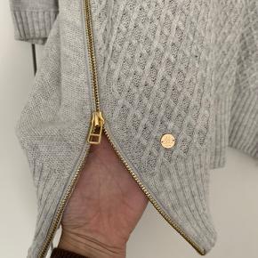 Super flot og anvendelig strik med trekvart ærmer og lynlåse i siderne for mere loose look.  Køber betaler porto.