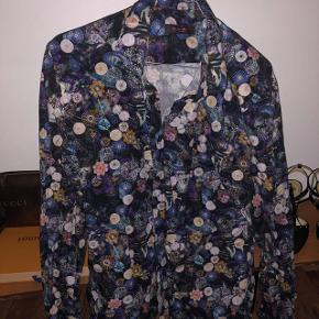Blomster SAND skjorte sælges. Fejler intet. Køb denne og den anden blomster skjorte fra sand til 300 i alt
