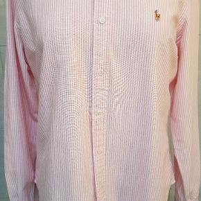 Orginal Ralp Lauren Skjorte i kraftigt Oxford læred. str 14. Måler 54 over bryst fra ærmegab til ærmegab.