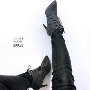 Virkelig smukke støvletter, som jeg desværre ikke får brugt. Jeg har dem også i sort. Begge helt nye.  Str. 38  Hæl: ca. 10 cm