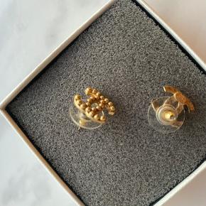 Jeg overvejer at sælge mine Chanel øreringe men kun hvis rette bud kommer. Der følger intet med udover æske.
