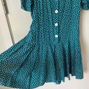 Vintage jumpsuit. Har meget brede ben, så det ligner en kjole. Kan bindes i ryggen for det rette fit og har fine pufærmer.  Obs! Er i meget fin stand - sat til 'god men brugt', fordi det er vintage :-)