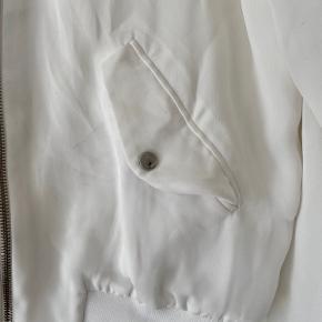 Misfarvninger ved lommerne, som er nogle mørke steger.