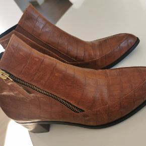 Smukke korte læder støvler med fine detaljer. Guld lynlås.  Brugt sparsomt og med meget få brugsspor.  Desværre for små til mig.