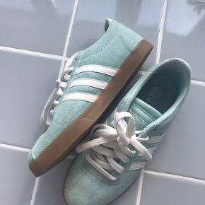 Mint/lyseblå Adidas sneakers. Aldrig brugt. 😊 købt på tilbud til omkring 300,- derfor den billige pris!