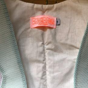 Prismærket er røget af, men kjolen er aldrig brugt og alt for smuk til bare at hænge i et skab. Bemærk man kan knappe den øverste del af, så man blot har den fineste nederdel der kan bruges til andre toppe mv.