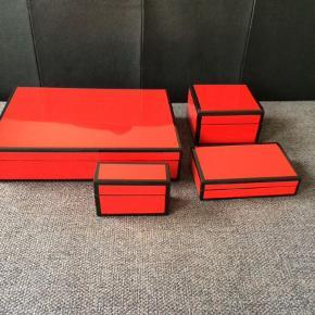 Japanske æsker, smykkeskrin, bokse. Lavet i træ og lakeret med mange lag lak så de står meget glansfulde. De har brugsspor hist og her. Ved ikke om farven bliver fanget helt, men de er postkasserøde, meget klare i farven.  Nypris var 1500 for dem alle.  Stor: 32x24x6,5 Lille: 16,5x11,5x4 Kvadrat: 13x13x7,5 Mindst: 11,5x5x7  Andet Farve: Rød,Sort