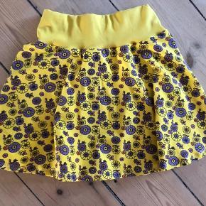 Hjemmesyet sommer nederdel i stof fra Småfolks overskuds stof. Aldrig brugt eller vasket.