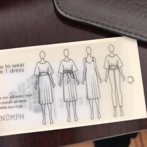 fin mørkeblå kjole med prikker - består af tre dele som kan kombineres på forskellig vis