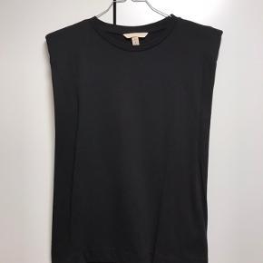 Sort t-shirt med skulderpuder. 🖤