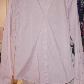 Nålestribet hvid og rosa skjorte
