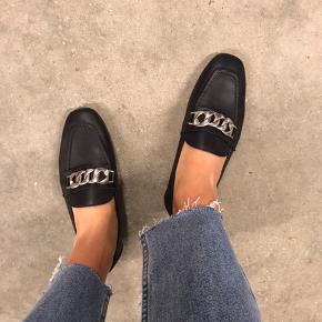 Loafers med spænde foran og lille hæl.