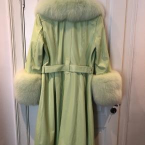 Jeg overvejer at sælge min smukke Foxy jakke i limegrøn str 2 (M) Aldrig brugt og stadig med tag - kun prøvet på hjemme. Nypris var 13.050 kr i Birger Christensen.  Bytter ikke og prisen er fast. Jakken kan ses på Vesterbro ved aftale. Vh Mette