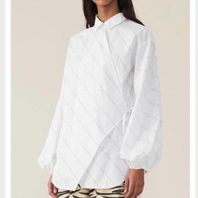 Flotteste skjorte fra Ganni sælges! Den er aldrig brugt og har stadig prismærke på! Byd💜