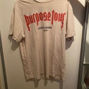 Justin Bieber Purpose Tour bluse fra H&M. Brugt en del gange, og med et enkelt lille hul på ryggen, men intet tydligt.