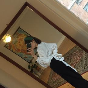 Fin hvid skjorte med bindeeffekt og ballonærmer. God stand.