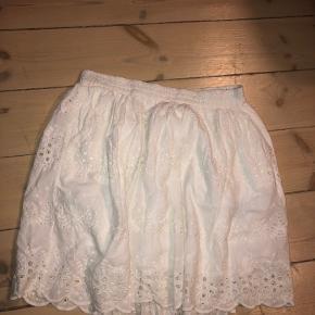 Fin blonde nederdel fra Gestuz. Brugt 4-5 gange.    KUN TIL AFHENTNING.