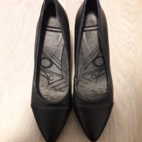 Pumps/stiletter/højhælede sko. Fremstår så gode som nye, da de kun er brugt enkelt aften. Hæl ca. 7 cm.