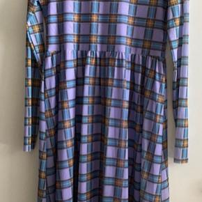 Kjole fra Levete Room, utrolig smuk lilla farve med blå og brune tern. Brugt 2 gange.
