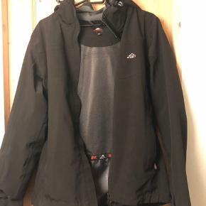 Sælger denne næsten ubrugte jakke i str 40 kun brugt omkring 8 gange den fejler intet det er en vand og vindtæt jakke super lækker at have på og den er god af bevæge sig i byd gerne