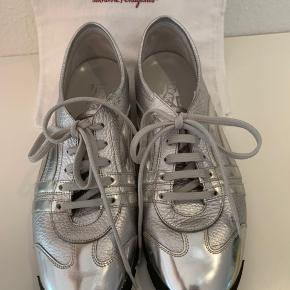 Super fine salvatore ferregamo sko i sølv🤩mulepose medfølger skoene👌 De er praktisk talt ubrugte, men har nogle få mærker som vist på billedet og sælges derfor til en fabelagtig pris. Gør et Coop med disse sko🌸