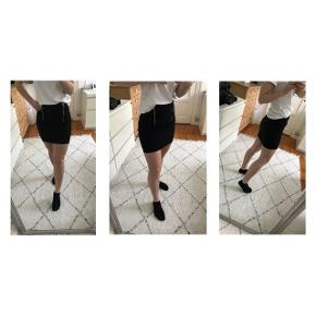 Fin sort nederdel med to lynlåse fortil fra Sparkz. Brugt få gange (4 gange og vasket samme antal gange).  Har dog INGEN tegn på brug 😍
